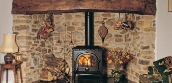 Камин дровяной металлический в доме